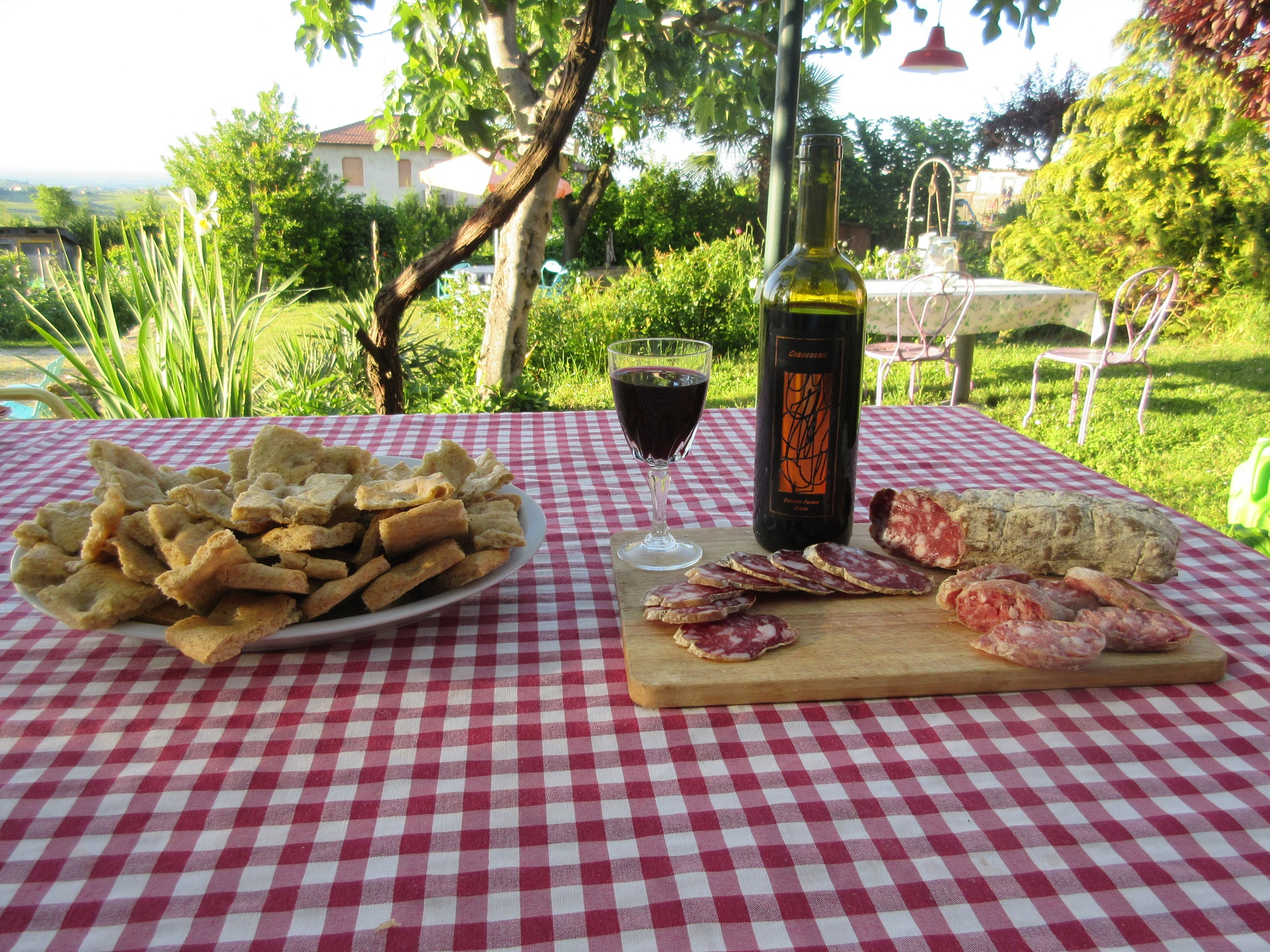 Salame, focaccia e vino